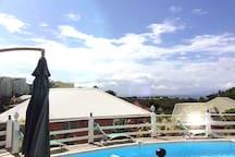 Vue sur mer depuis la piscine. D'ici on peut apercevoir la Basse Terre et les ils des Saintes.