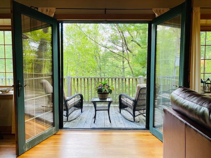 The Badger's Den- Cozy Treetop Studio