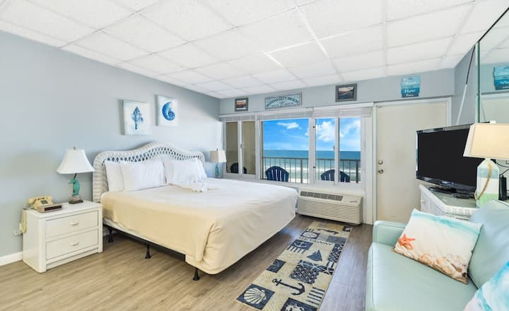 New: Updated gulf front studio w/private balcony! Free WiFi, close to Pier Park!