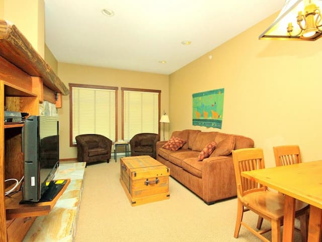 Ski-in/ski-out, 1 bedroom condo suite, sleeps up to 4, heated outdoor pool and hot tubs - Snow Creek Lodge 404