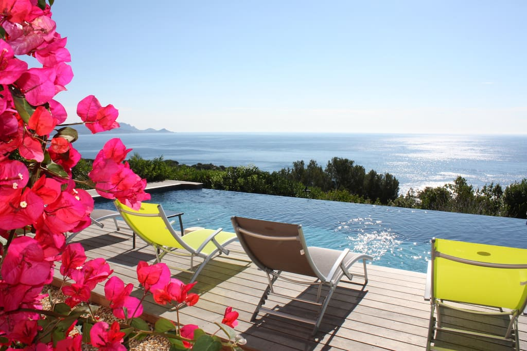 Vue de la piscine en direction de Saint-Raphaël