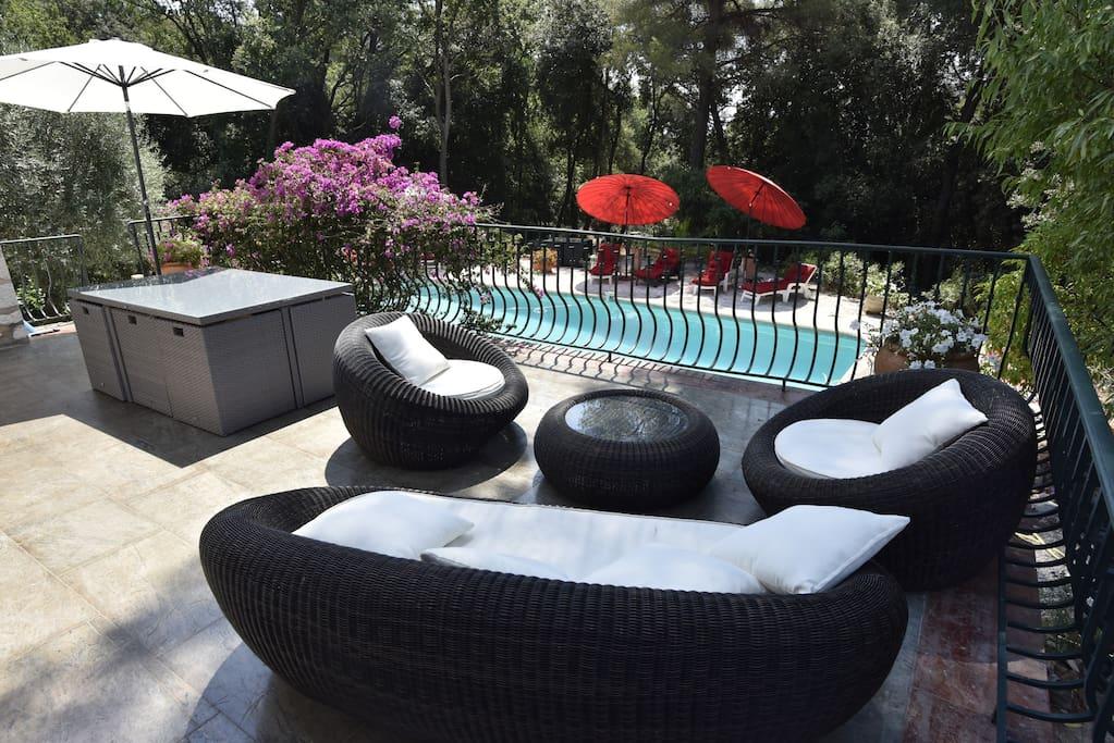 Terrasse avec barbecue donnant sur la piscine