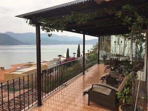 Casa con espectacular vista al lago.