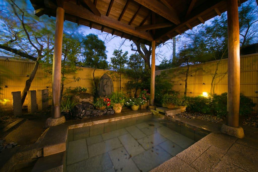 ホテルにある露天風呂が利用できます。 You can bathe in the open-air bath of the hotel.