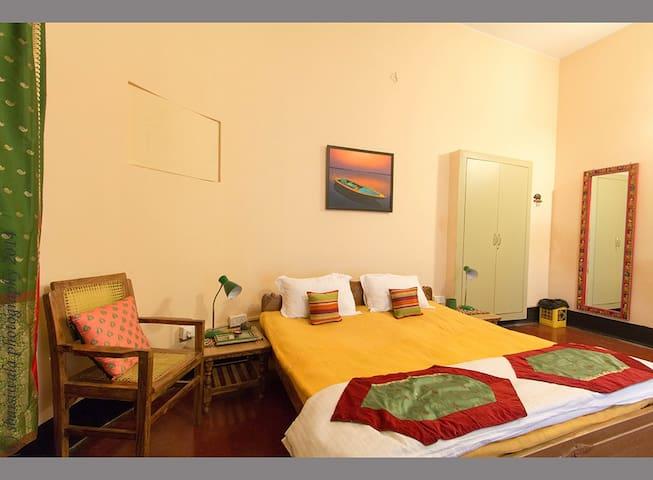 A cozy room (Aruna) near the ghats
