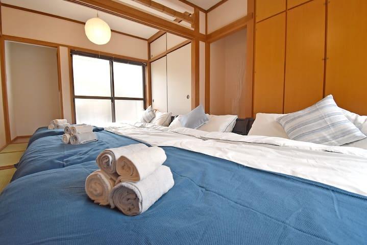 広々ベッド♪2階は6名様が同じ部屋で寝る事ができます。