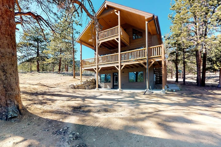 Modern cabin w/ mountain views and furnished deck, central location