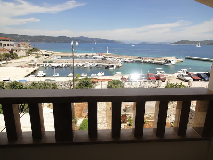 Seafront apartment Villa Ana for 5
