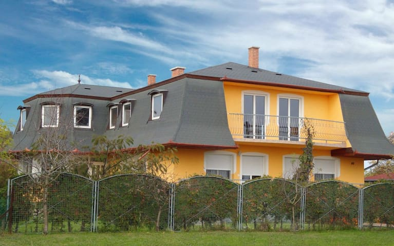 House with Giant Living Room+Garden - Balatonfenyves - Casa