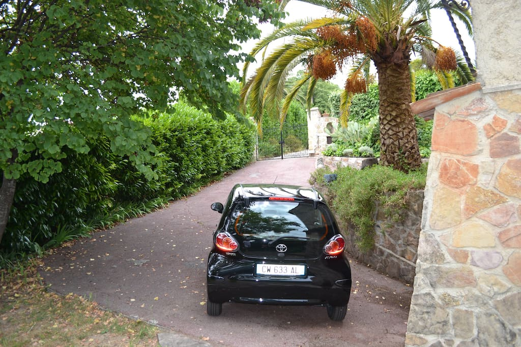 Parking sécurisé dans villa avec portail automatique