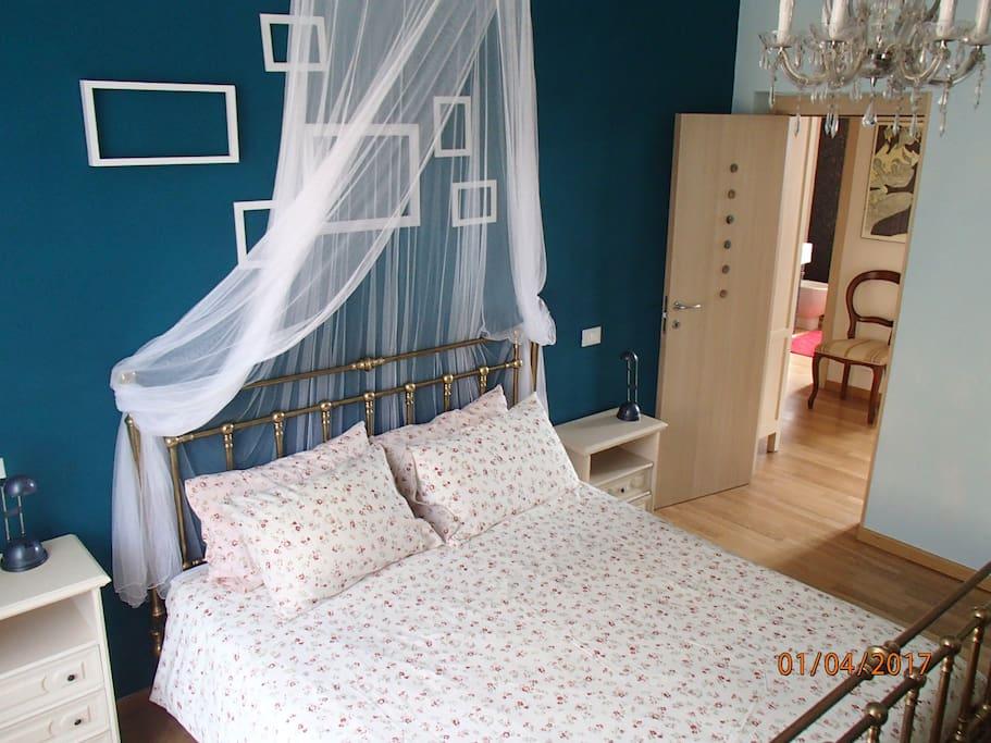 Camera matrimoniale verde,  con letto grande