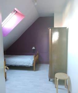 Chambre avec 1 lit simple dans maison