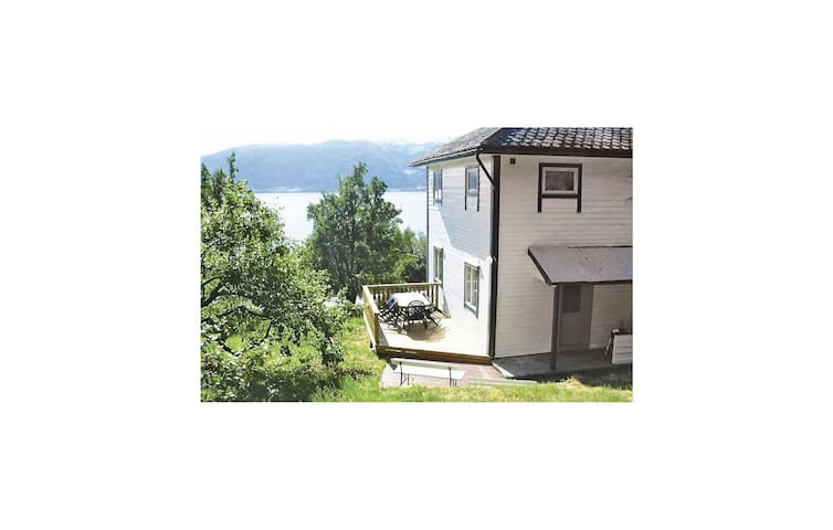 Holiday cottage with 4 bedrooms on 110 m² in Vangsnes