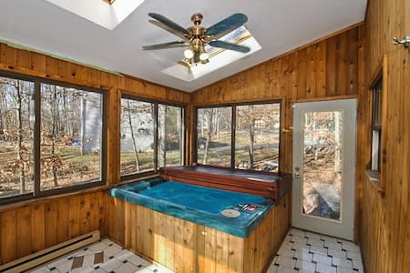 Jennifer's Enclosed Hot Tub Home - Stroudsburg - Haus