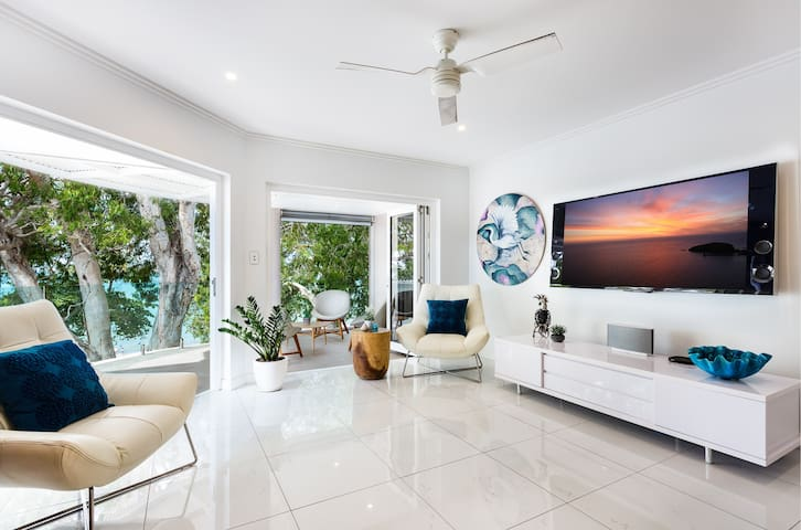APARTMENT SIX BY THE CORAL SEA
