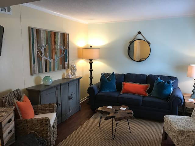 Updated 2 bed 2 bath Condo #1323. Newly furnished.
