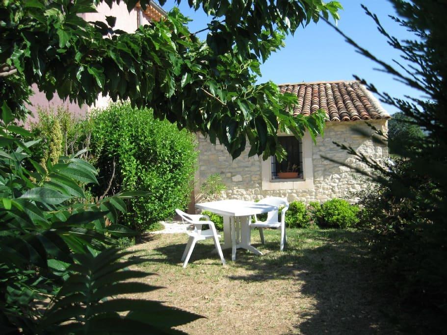 Jardin privatif devant la maisonnette