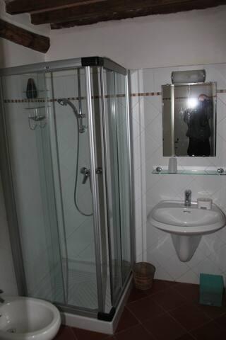salle de bains 1 avec douche