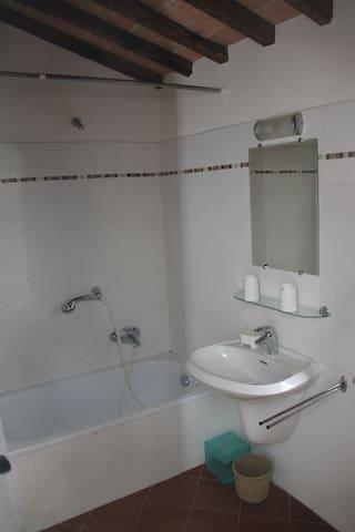 salle de bains 2 avec baignoire