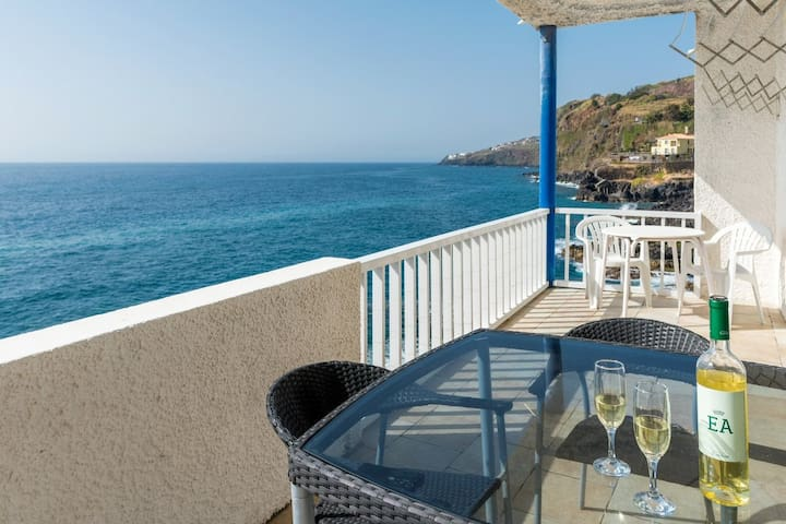 Seafront 3-bedroom apartment with impressive views