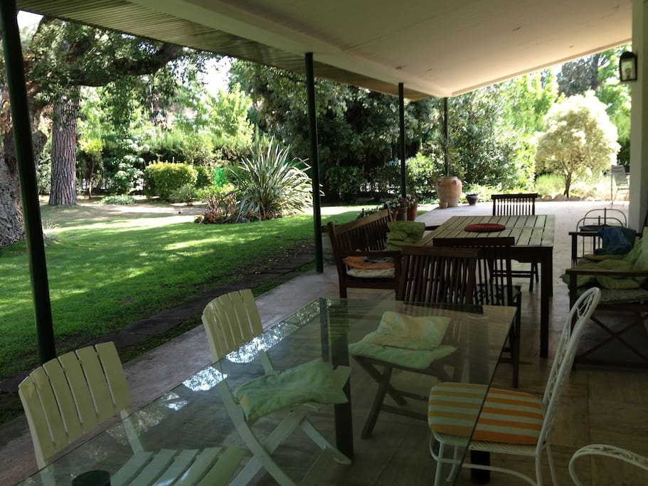 Desayunar, comer y cenar en el porche es una delicia. En verano se esta fresquito y es donde mas tiempo se pasa.