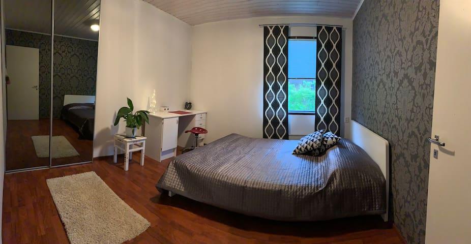 Makuuhuone 2. 160cm parisänky ja työpöytä