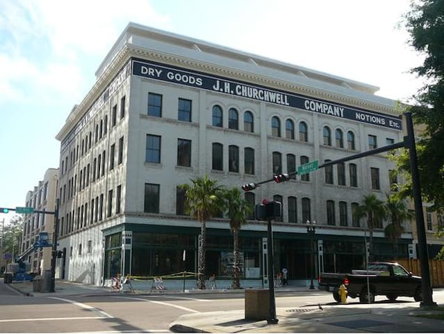 **2BD/2BA** Located on BAY ST. (Downtown JAX)