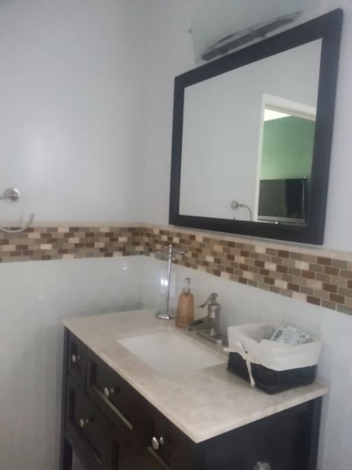 Guest room private bath in 2 bed 2 bath condo for Bathroom traduction