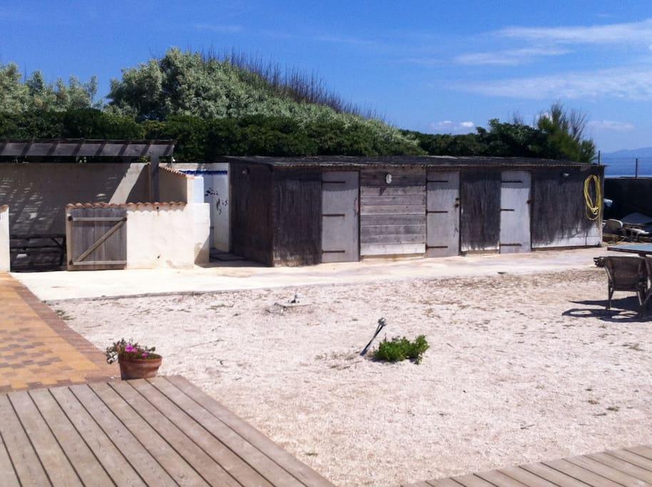 Local planche à voile et douche en rentrant de la plage