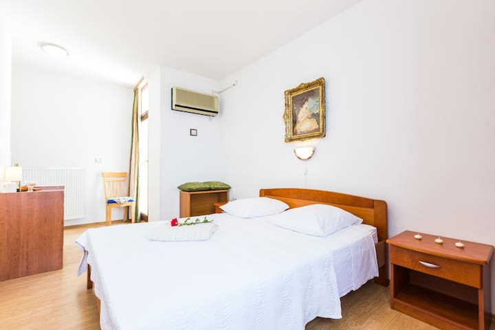 Double room on beach, with sea-view - Petrčane - Casa