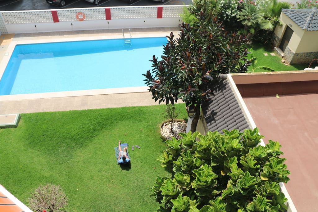 Piscina de la urbanización, vistas desde la terraza