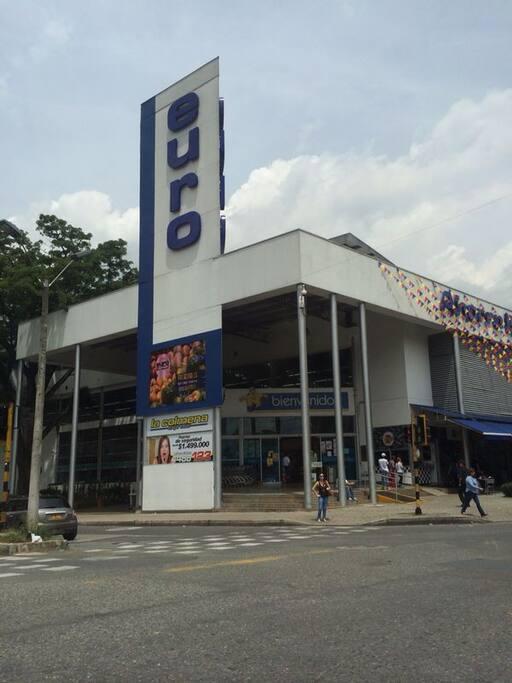 Supermercado cruzando la calle