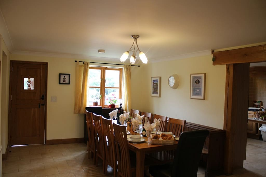 Light, airy dining room, plenty of room for everyone