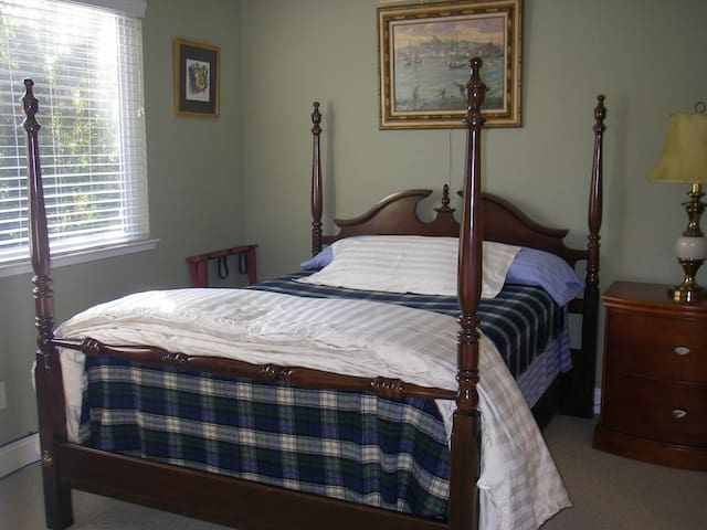 Guest bedroom near downtown