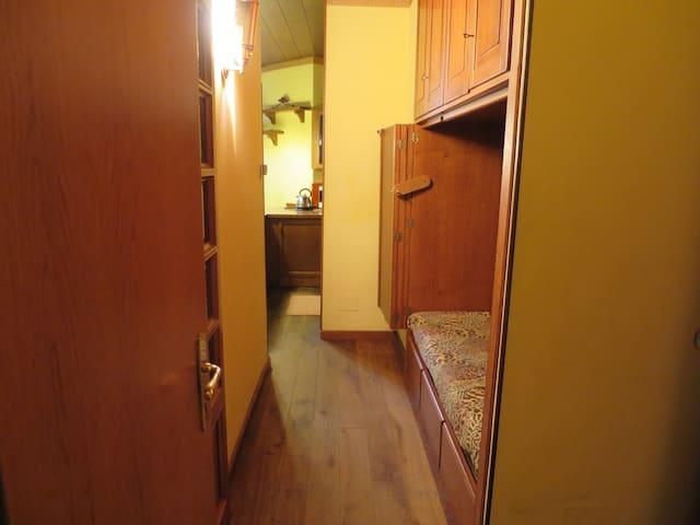 Corridoio con zona dormitorio. The corridor whit the sleeping area