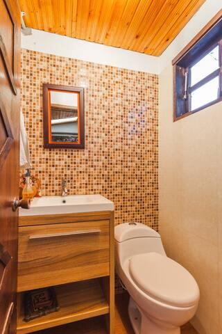 Auxiliary Bathroom / Baño Auxiliar