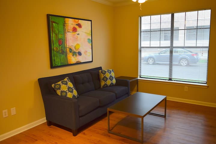 Central 1br Apt, 2 blocks from Uptown