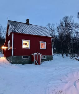 """Rødstua"" small, old Lyngen home. - Svensby - บ้าน"