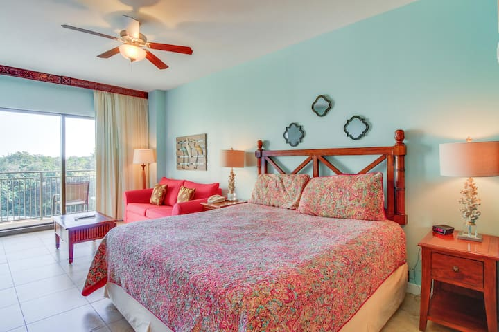 Studio condo with a shared pool and hot tub, beach across the street!