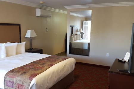 Private room w/ King Bed & Private Bath - Downtown - Morro Bay