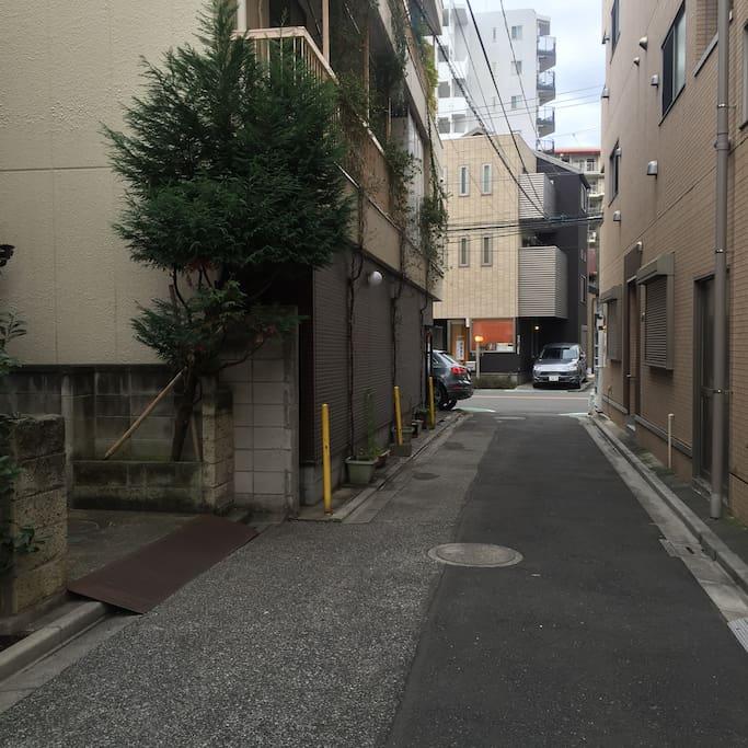 この路地を出た 左角!誠道館(SEIDO-KAN)2階のドアベル押してください。