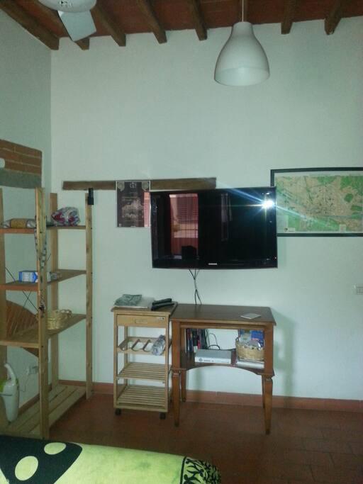 tv lcd 37'' posta nel soggiorno con cartina di firenze