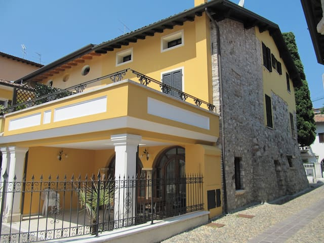 Olga's house - Spacious Townhouse - Lake on foot - Padenghe Sul Garda - Huis