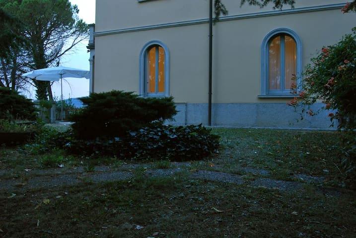 Camera in villa con giardino (intera casa)