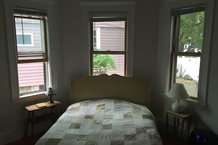 Sunny Room in North Cambridge - Cambridge