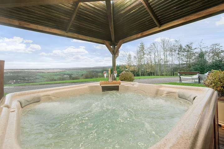 Romantic Luxury Cottage with Hot tub and views
