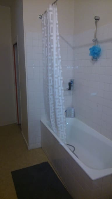 Pas de douche, mais une baignoire!!