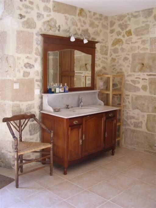 Badkamer met antieke wastafel
