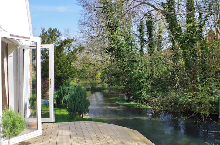 Blandys Stylish Waterside Cottage - Oxfordshire