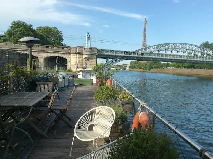 Peniche au fil de l'eau proche Tour Eiffel